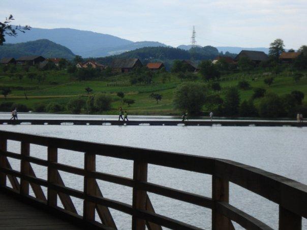 Sprehajalni gank s pogledom na most