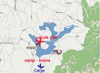 Jezero z nerodno oznaceno lokacijo piknika