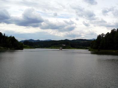 Ladja sredi jezera